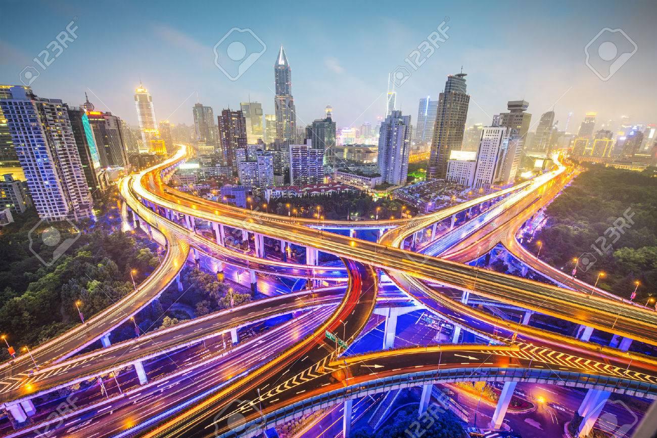 30147149-shanghai-china-vista-aérea-sobre-las-carreteras-